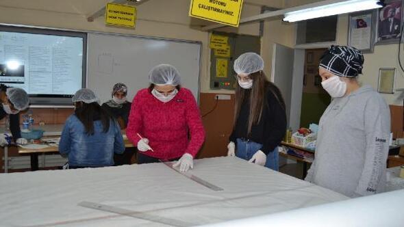 Salihlide öğretmen ve öğrencilerden maske üretim seferberliği