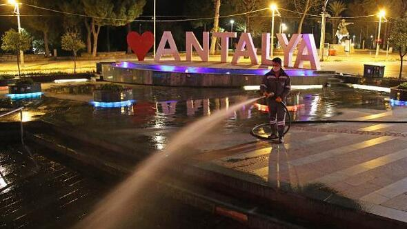 Antalyada yollar yıkanarak dezenfekte ediliyor