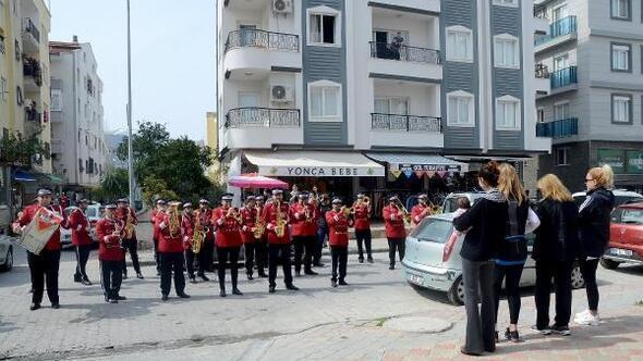 Kuşadası Belediyesinden Evde Kala bandolu destek