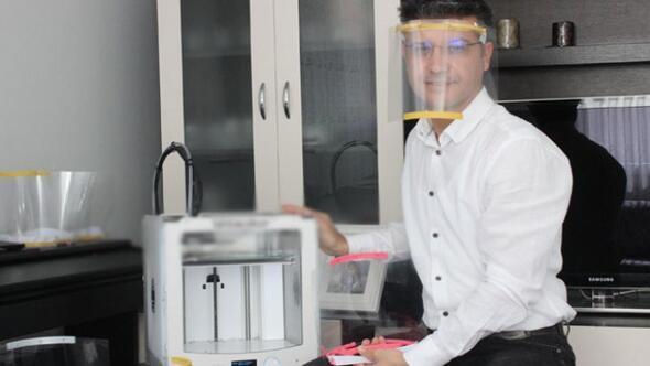 İzmirli öğretmen evinde 3D yazıcı ile siper maske üretiyor