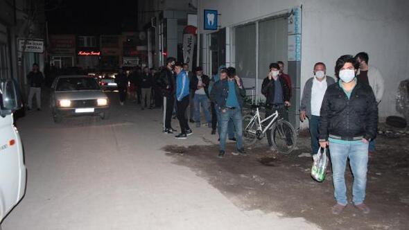 Beyşehirde sokağa çıkma yasağını duyanlar uzun kuyruklar oluşturdu
