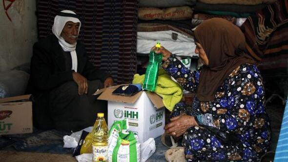 İHH'dan İdlib'te okul enkazına sığınan 96 kişilik 16 aileye yardım