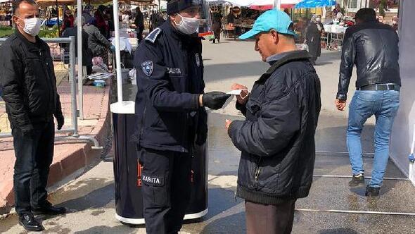 Bucak Belediyesi pazarda 3 bin maske dağıttı