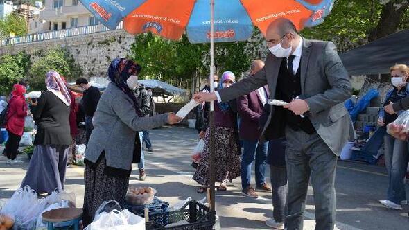 Kaymakam Baskın, semt pazarında maske dağıttı