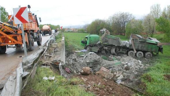 Tokatta çimento yüklü TIR devrildi, 1 yaralı