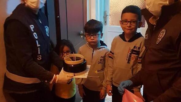 Alaşehirde 23 Nisanda doğan çocuklara pastalı sürpriz kutlama