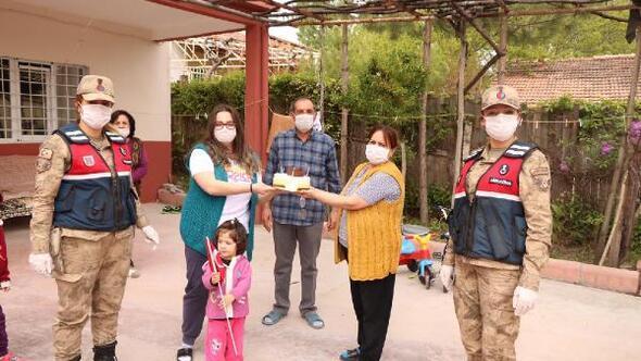 Hastaneden çıkamayan hemşire, kızının doğum gününü jandarmaya kutlattı