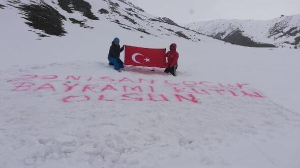Kar altındaki Kaçkar Yaylası'nda Türk bayrağı açarak 23 Nisanı kutladılar