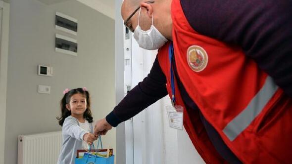 Vali Şentürk, çocukları kitapla sevindirdi