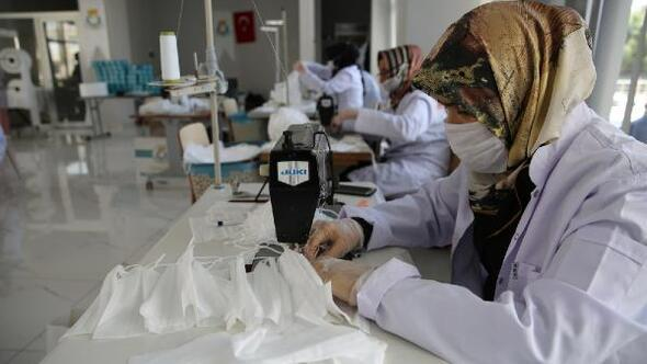 Atölyede günlük üretilen 12 bin 500 maske vatandaşlara dağıtılıyor