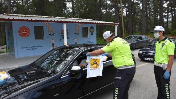 Trafik polislerinden çocuklar için tişört