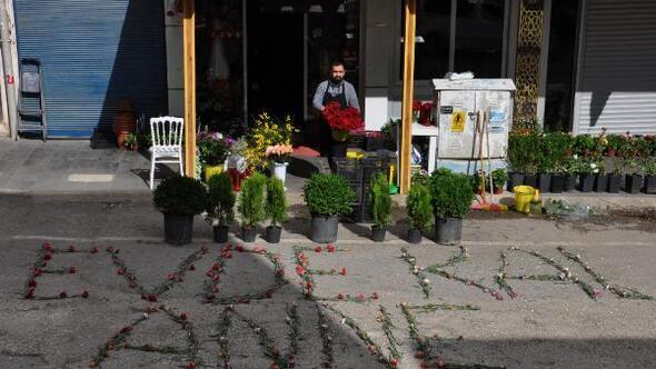 Boş sokağa çiçeklerle; Evde kal anne yazdı