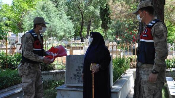Jandarmalarla birlikte şehit oğlunun mezarını ziyaret  etti