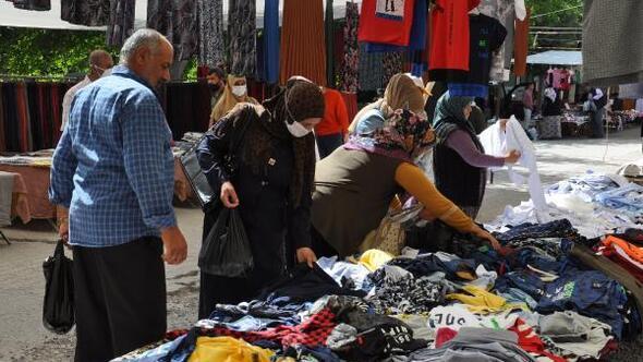 İslahiyedeki pazarda tezgahlar sosyal mesafeli açıldı