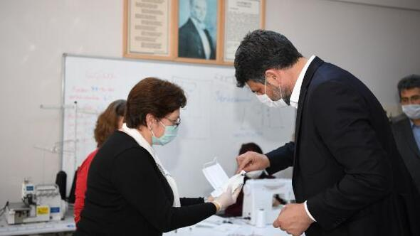 Kartepe'de 235 bin maske üretip dağıtıldı