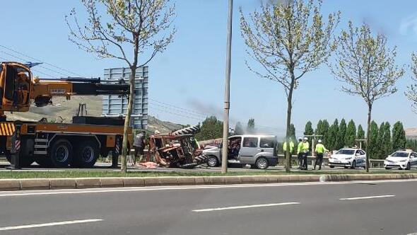 Hafif ticari araç traktörle çarpıştı: 3 yaralı