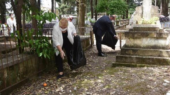 Başkan Erdem, ekibiyle birlikte mezarlıkları temizledi