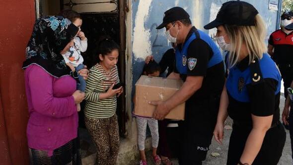 Polis ihtiyaç sahiplerine gıda yardımı yaptı