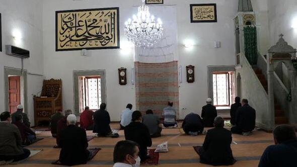 Keşanda tarihi camide sosyal mesafeli cuma namazı