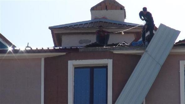 Karsta, işçilerin çatıda tehlikeli çalışması