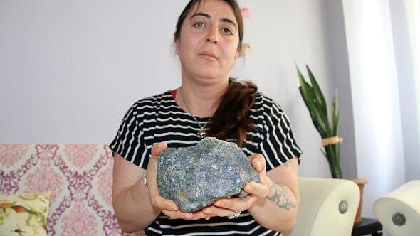 Çilek toplarken bulduğu taşın, gök taşı olduğunu iddia etti
