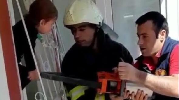 Kafası pencerenin demir parmaklıklarına sıkışan çocuğu itfaiye kurtardı