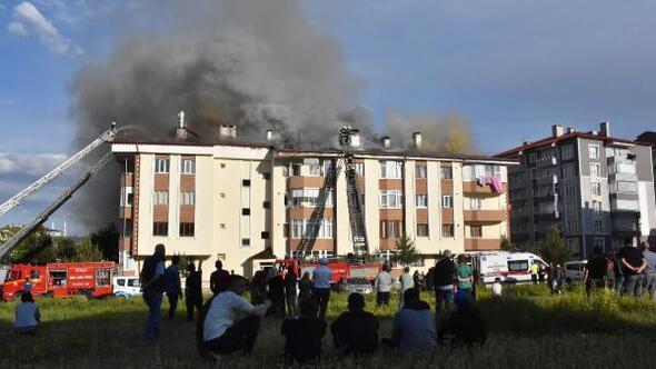 Apartmanın çatısı yandı, mahalleli sosyal mesafesiz izledi