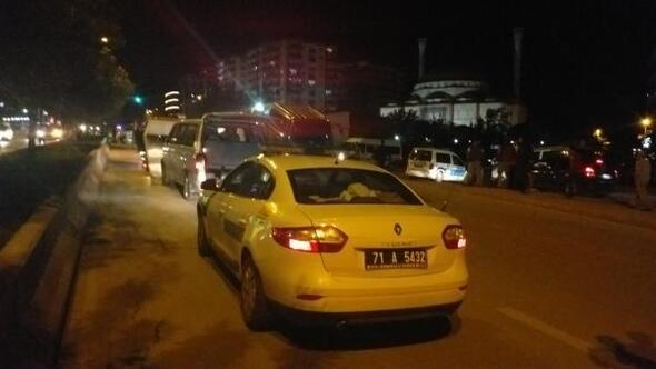Kırıkkalede silahlı kavgada 5 kişi yaralandı, şüpheliler kaçtıkları minibüsle 2 polise çarptı