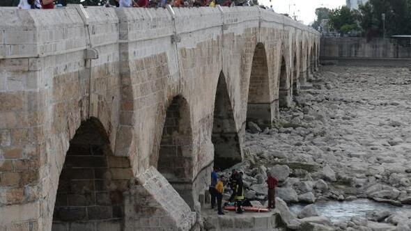 Köprüden Seyhan Nehrine atlayan kadın, kurtarıldı