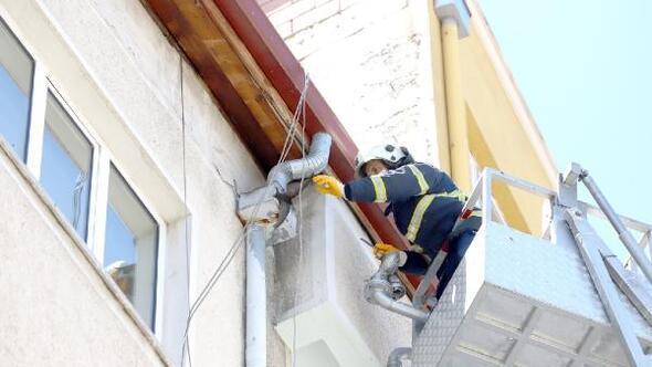 Nevşehirde çatıya sıkışan ebabili itfaiye kurtardı