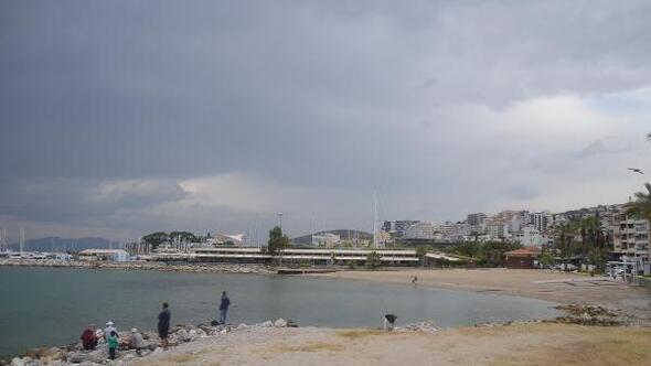 Kuşadasında plaj ve işletmeler yağmur nedeniyle boş
