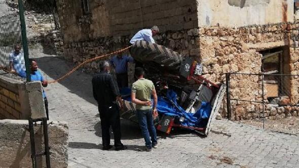 Freni boşalan traktör devrildi