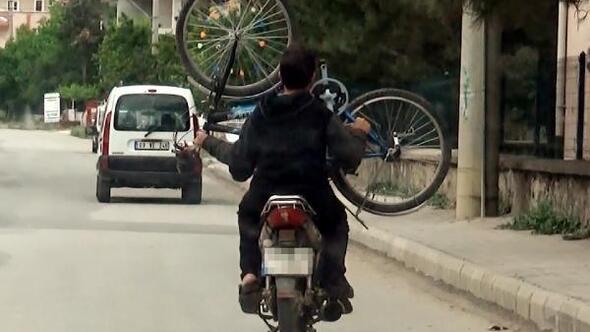 Motosiklet üzerinde bisikleti taşıdılar