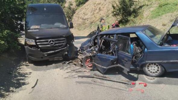 Artvin'de minibüs ile otomobil çarpıştı: 1i ağır, 4 yaralı