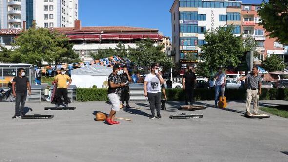 Niğdede müzisyenler eğlence merkezlerinin açılması için eylem yaptı