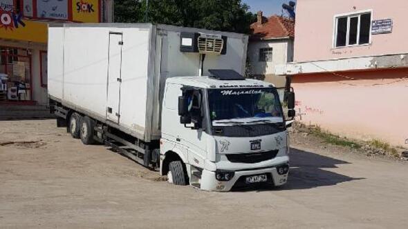 Yağmur suyu kanalına düşen kamyon, çekici yardımıyla kurtarıldı