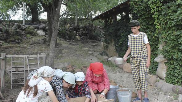 Orda bir köy var uzakta o köy çocukların köyü