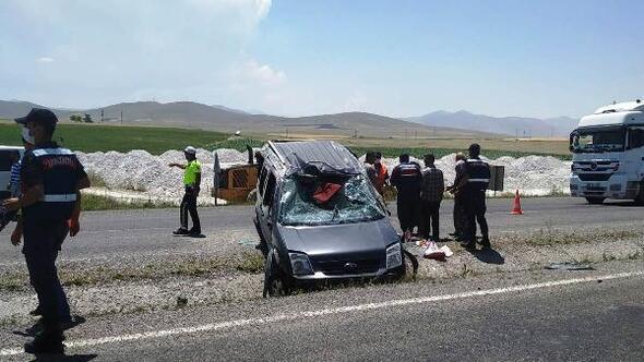 Hafif ticari araç şerit değiştirirken kaza yaptı:4 yaralı
