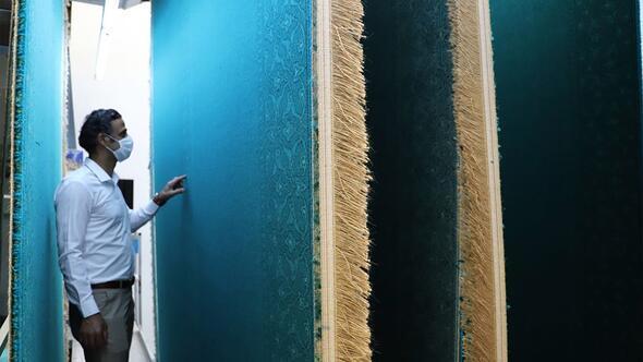 Ayasofyanın halıları asırlık tecrübeyle dokunuyor