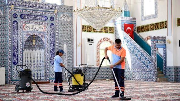 Muratpaşadaki camilerde bayram temizliği