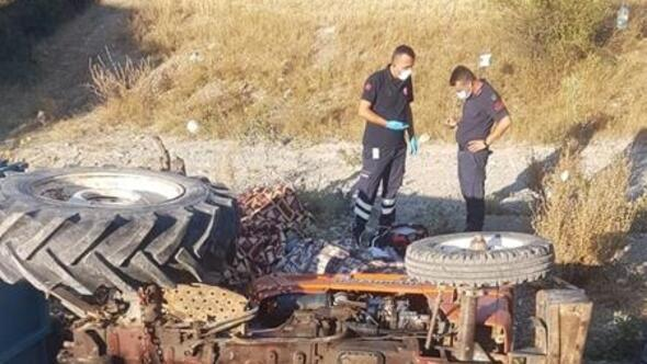 Devrilen traktörün altında öldüler