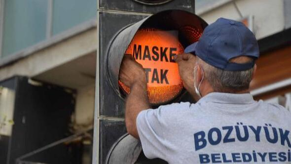 Trafik ışıklarında 'maske tak' uyarısı