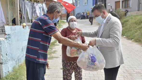 Biga Belediyesinden karantinadaki Turan Mahallesi sakinlerine erzak yardımı