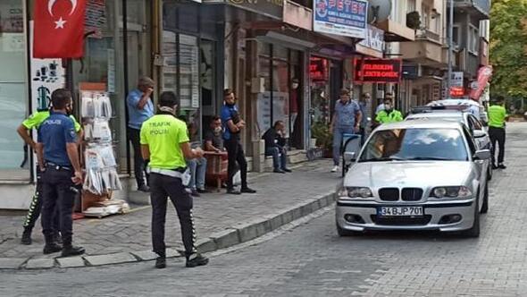 Otomobilini polisin üstüne sürüp kaçmaya çalıştı
