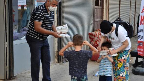 Muhtar mahalleliye 5 bin maske dağıttı