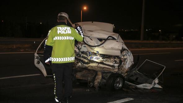 TIRın çarptığı otomobil demir yığınına döndü: 2 ölü