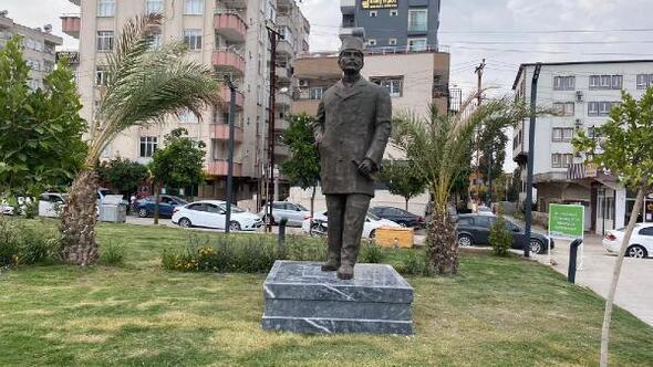 Milli şehit Kemal Beyin büstü Kent Meydanındaki anıt yerine yerleştirildi