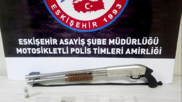 Polisin şüphe üzerine durdurduğu araçta uyuşturucu ve pompalı tüfek bulundu