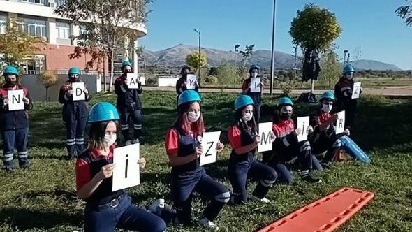 Öğrencilerden İzmir depremi için saygı duruşu