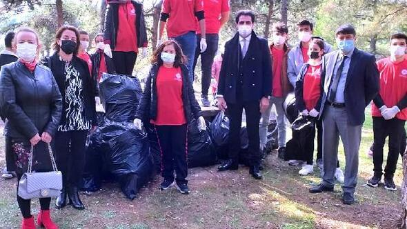 Lise öğrencileri, başlatılan projeyle ormana atılan çöpleri topladı